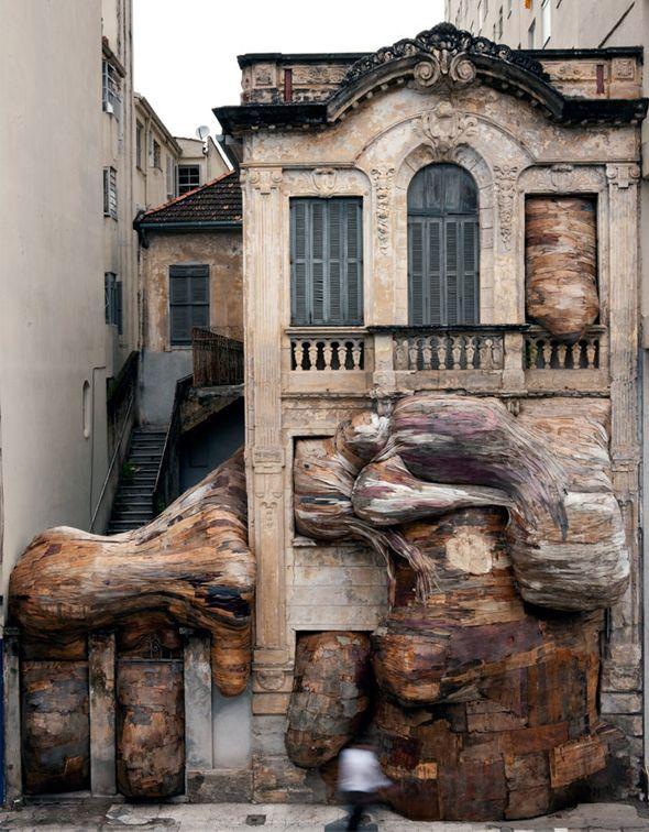 Déjà présenté sur le Journal du Design (pour retrouver l'article, cliquez ici), Henrique Oliveira est un sculpteur et peintre brésilien qui travaille énormément avec le bois et crée des installations hallucinantes. La preuve avec cette oeuvre datant de 2009, réalisée dans le cadre de la Biennale de Mercosul à Porto Alegre au Brésil.