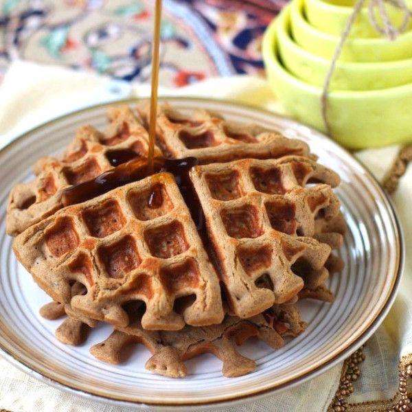 Полезные вафли могут дополнить некоторые диеты — палео, безглютеновую, веганскую и многие другие. Это не просто десерт, но полноценный завтрак, обед или даже ужин. Десяток рецептов с вафлями, которые мы собрали, прекрасное тому доказательство.