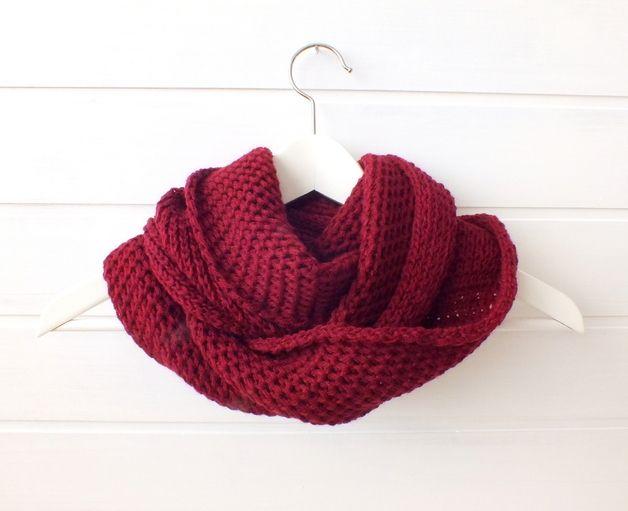 Burgundy red hand knitted infinity loop scarf  Burgunderrot-gestrickt-unendlichen-Schleife-Schal
