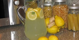 Come preparare l'acqua che disintossica e sgonfia l'addome (Rimedio Naturale)