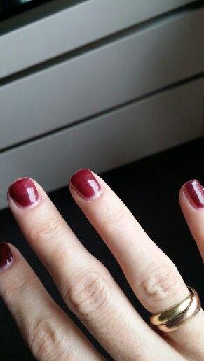 Farbe Striplac dark rubin bei Tageslicht,  dünn aufgetragen