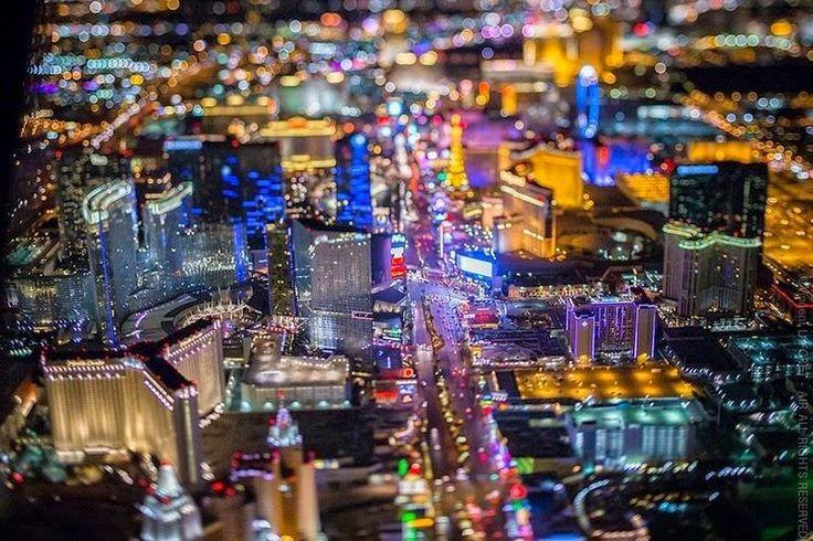 A cidade de Las Vegas vista a noite a mais de 8000 pés de altura.