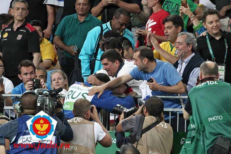 После финала Хасан поднялся на трибуну к личному тренеру Юнусу Оздоеву