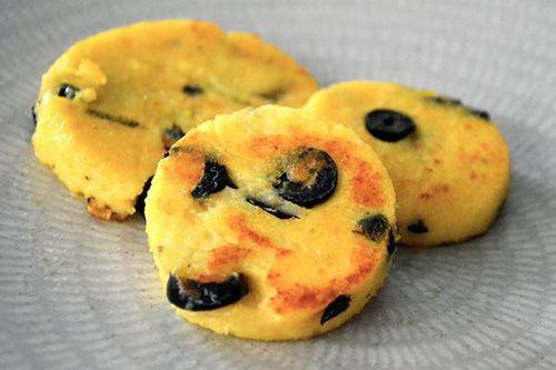 Polenta olives. Le Yummy Blog par Yummy Magazine: Que faire avec de la polenta ? 8 Idées Gourmandes