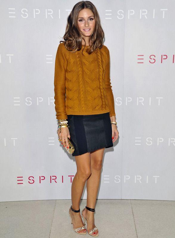 Este año el punto se mezcla con los outfits más chic como este de Olivia Palermo con jersey de ochos en mostaza más falda navy con paneles de piel, sandalias al tobillo de piel de pitón y clutch gold.