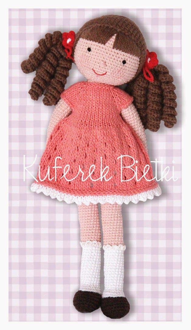Carmen - lalka wykonana na szydełku. Lalka ubrana jest w sukienkę i bolerko wykonane na drutach. Włosy lalki upięte są w kucyki.  Wielkoś...