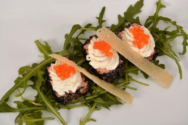 Somon în crustă de susan negru cu brânză ricotta și icre de păstrăv pe pat de rucola și batoane de parmezan