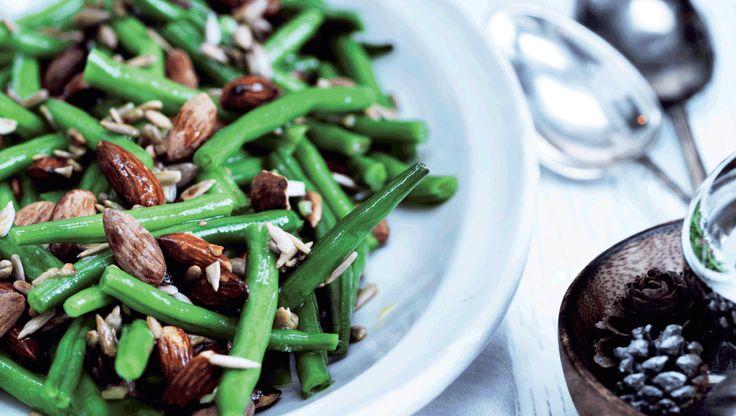 Bønnesalat med solsikkekerner og saltmandler passer rigtig godt til julens sulemad. Få opskriften her
