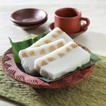 AMPARAN TATAK, kue tradisional yang terbuat dari tepung beras dengan lapisan pisang tanduk ini adalah kue dari KALIMANTAN.  http://www.sajiansedap.com/mobile/detail/17664/amparan-tatak