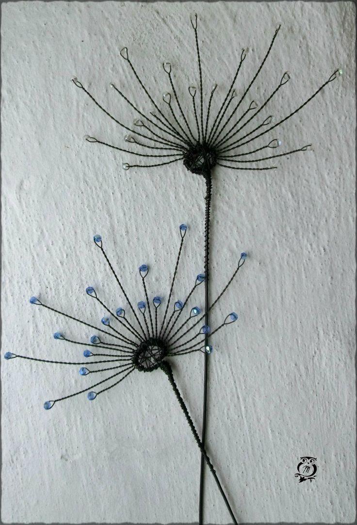 Modré chmýří pampelišky Drátovaný zápich do květináče či vázičky. Vyrobeno ze železného drátku ošetřeného olejem proti korozi a skleněných korálků. Šíře tohto většího zápichu je 14 cm a délka 33 cm - samozřejmě můžete zkrátit dle vašich potřeb! Skladem mám vždy 1 ks, pokud by byla objednávka větší, vyrobím ( dle počtu požadovaných kusů) do 2-5 ...
