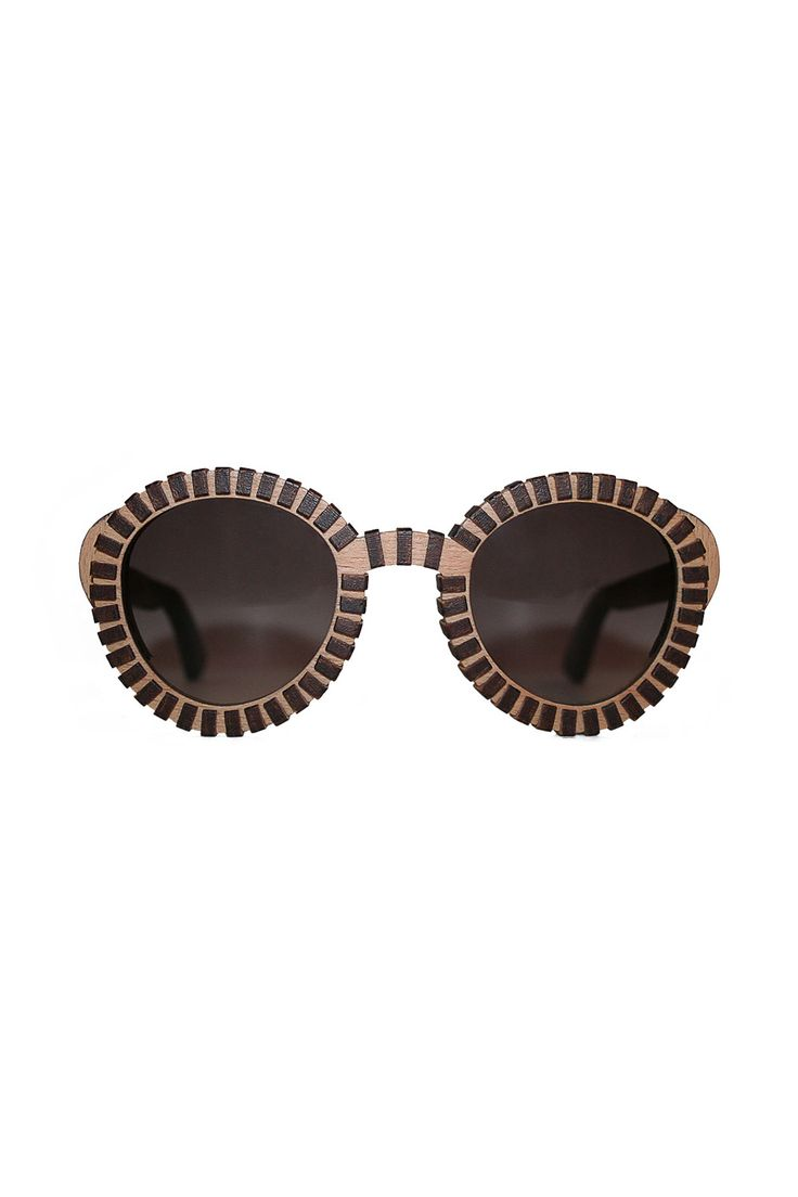 FAGUS SUNGLASSES Made from beech plywood. Hard and rigid wood. In natural color in order to let the relation of the circle with the rectangle module emerge.