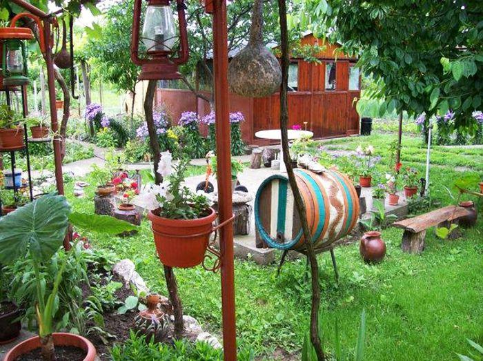 casa con jardin, casa rural de decoración hecha a mano, cultivo de vegetales, lámparas viejas