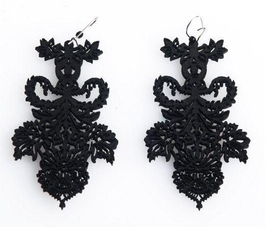 """Orecchini """"Barroco Negro Picado 2"""" realizzati in pelle nera spessore 2 mm e tagliati a laser, Ispirati all'opera e al mood di Frida Khalo."""