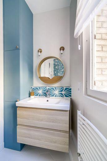 Meuble vasque bois et carreaux de ciment en crédence blanc et bleu