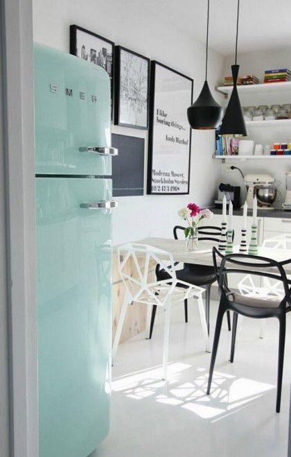 블랙 앤 화이트로 꾸며진 주방에 민트 스메그 냉장고로 포인트