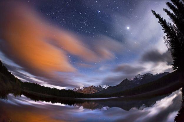 Moonset at sunrise, por Vladimir Medvedev (Rússia) - De um lado, a Lua cheia se pôs no Banff National Park e, simultaneamente, no outro extremo da foto, o Sol nasceu. O fenômeno acontece uma vez ao mês: http://abr.io/5rEs