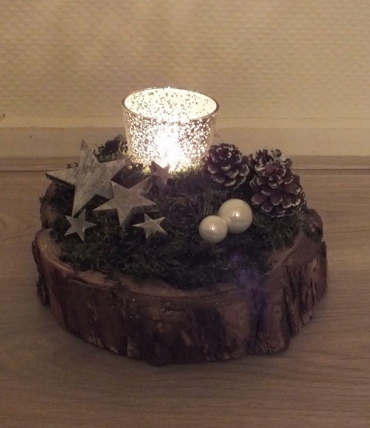Kerststukje op blok hout. Xmas