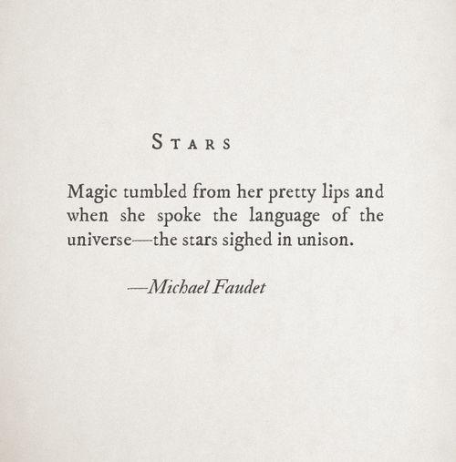 Magia se derramó de sus bonitos labios y cuando ella habló el lenguaje del universo- las estrellas suspiraron al unísono.