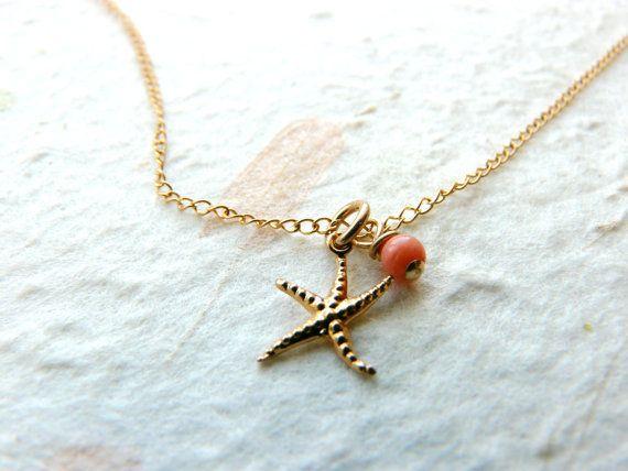 Eine süße und einfache Gold gefüllte Seestern Charme kombiniert mit einer kleinen Korallen Perle hängt eine zarte gefüllte Goldkette. Perfekt für den