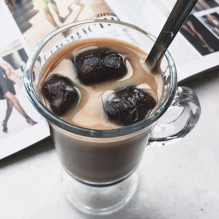 Вот вам идейка:)   Холодный фраппе на основе молока и замороженного эспрессо.  Рецепт прост:  1) Готовим крепкий эспрессо с сахарозаменителем и замораживаем в специальных формочках/пакетах. 2) Наливаем в стакан молоко и добавляем 4-5 кубиков. Ждем пару минут.