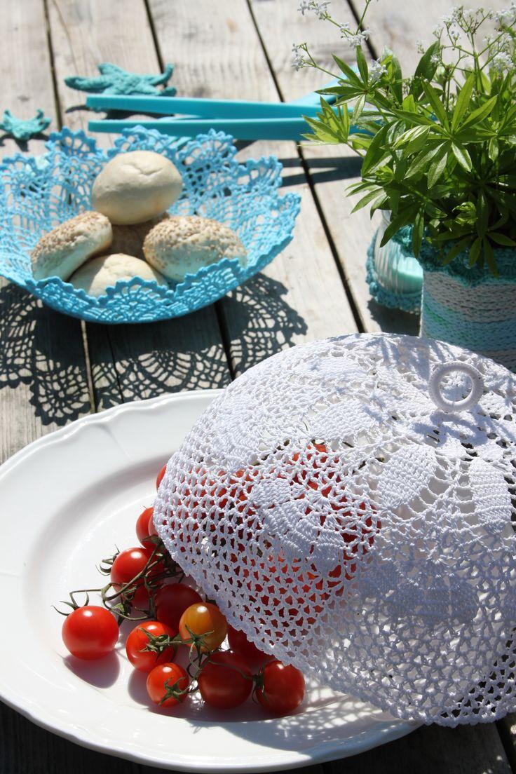 Buiten eten, mandje voor broodjes en stolp haken over hapjes uit Inhaken op vakantie