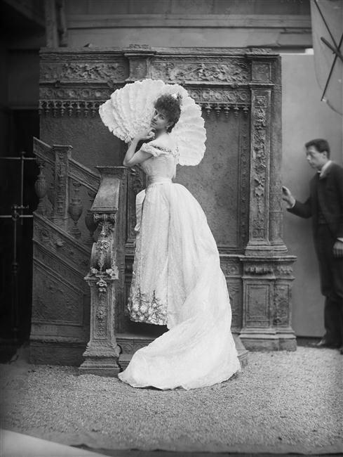 La comtesse de Greffulhe en robe de bal et éventail à plumes d'autruche, septembre 1887, studios photographique de Nadar. (à droite son assistant).