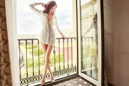 Actress  Lin Chi Ling  http://www.chinaentertainmentnews.com/2016/09/sexy-photos-of-lin-chi-ling_3.html