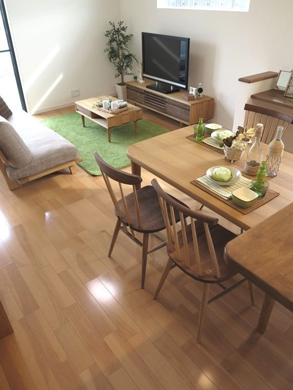 内装に合わせてナチュラル色とウォールナット材をミックスした家具