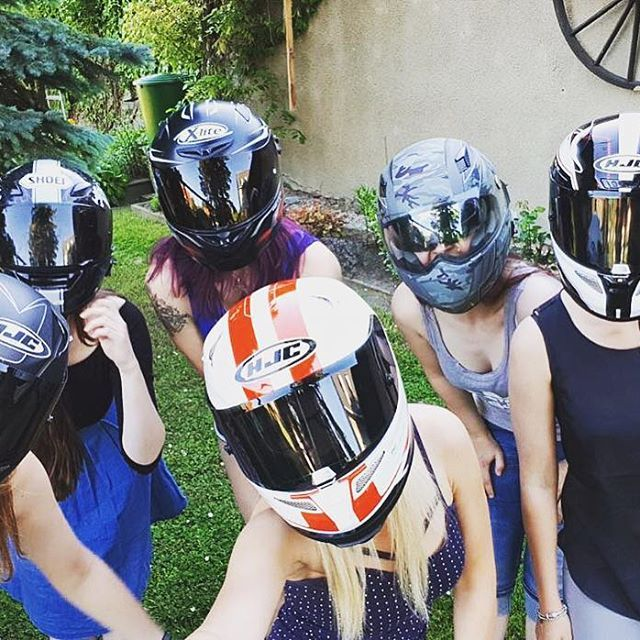 Have a nice weekend and enjoy the weather! Who likes to sweat under the helmet😁😬👌🏻 @reallypassionate.riders 👉🏻 @fuchsmurii @_alice_rr @lullerpueppi @julia_speedlady89 @motorradmieze @miss_yzf 👈🏻 #motogirl #europeanbikers #bikersofinstagram #biker #bikerchick #instagram #instabikers #hjc #helmet #helmetgirl #girlswithbikes #bikergirl #ladybiker #lovemybike #girlswhoride