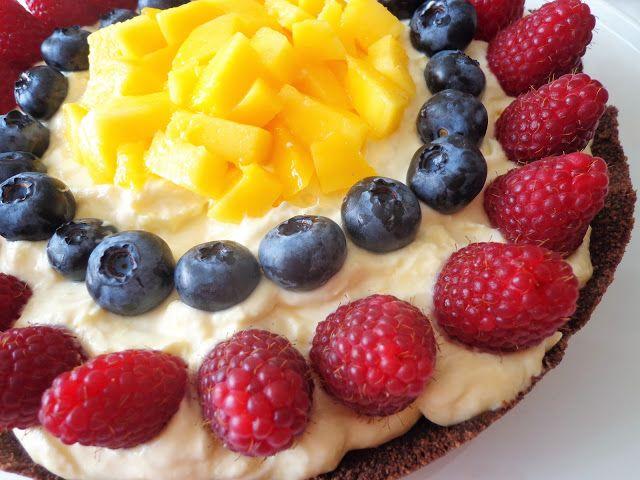 Czekoladowa tarta z kremem z mango i owocami, bez pieczenia (Crostata con crema di mango e frutta fresca, senza cottura)