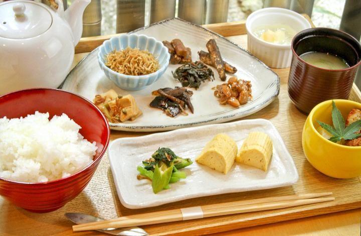 """京都のおみやげで人気のちりめん山椒や佃煮が評判の名店「やよい」。併設の隠れ家的な「カフェレストランやよい」ではご自慢の""""おじゃこ""""を使ったメニューがいただけます。"""
