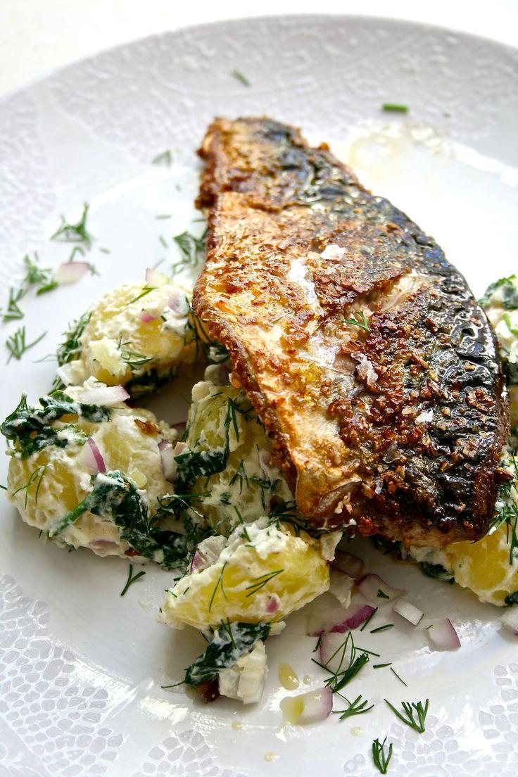 Sprøstekt makrell og varm potetsalat med spinat og dill