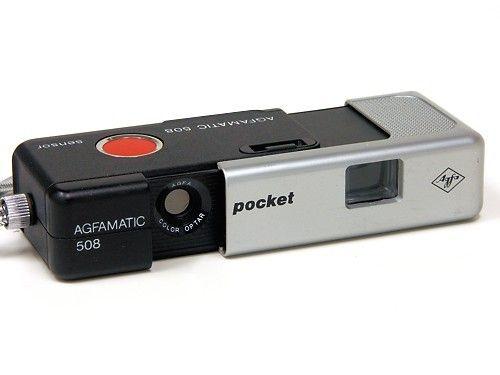 """Agfamatic waren die sogenannten """"Ritsch-Ratsch-Klick"""" Kameras von Agfa, bei der man durch zusammendrücken des Gehäuses sehr einfach den Film um ein Bild weitertransportieren konnte. Aufgrund der kleinen Maße und der einfachen Bedienung war die Agfa Kamera mit dem Kasettenfilm in den 70er Jahren sehr bekannt und beliebt."""