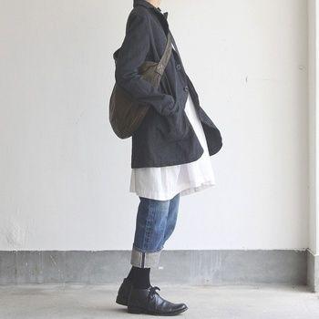 ショート丈のリネンコートも動きがあって可愛いですね。 チュニックの白がコートのキャンバスのように見えて、ナチュラルな流れが生まれています。