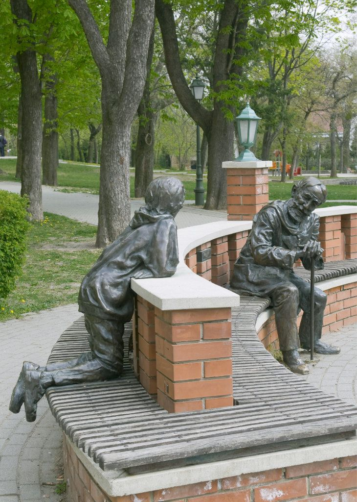Sculptures on a bench, Budapest, Hungary - photo from liveinternet.ru