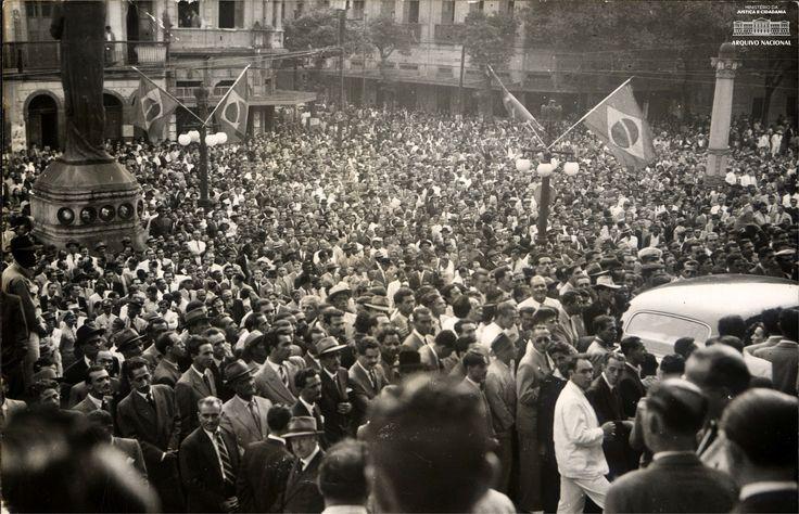 Multidão em frente ao Palácio do Catete para acompanhar a cerimônia de promulgação da Constituição de 1946. Arquivo Nacional. Fundo Correio da Manhã. BR_RJANRIO_PH_0_FOT_04152_06