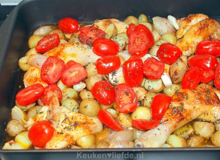 Deze kip uit de oven is ontzettend lekker en makkelijk om te maken. De kip wordt in stukken verdeeld en gebraden in de oven met krieltjes en tomaten.