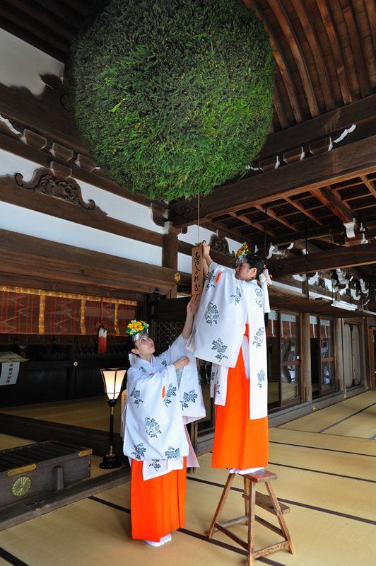 杉玉の取り替え 大神神社 Replacing the sugitama (cedar ball)  announcing the first freshly brewed sake of the recent rice harvest at Omiwa Jinja, 2009.