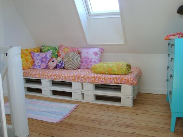 pallets upcycled into daybed - via Mor til MERNEE
