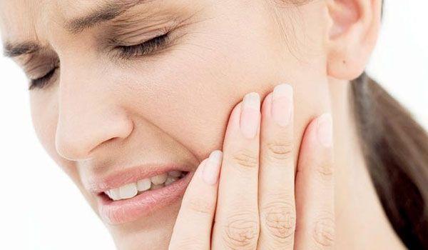 Ο πόνος στα δόντια μπορεί να παρουσιαστεί απροειδοποίητα και να είναι πολύ δυνατός. Πολλές φορές, συμβαίνει να ξυπνήσουμε ακόμα και από τον ύπνο. Δυστυχώς, οι ώρες τις αναμονής, μέχρι να επισκεφθούμε τον οδοντίατρο μπορεί να μοιάζουν με αιωνιότητα. Ψυχραιμία! Παρακάτω σας παραθέτουμε κάποιους φυσικούς τρόπους