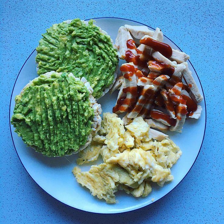 Avokado riskakor, kyckling ketchup, äggröra salt peppar. MyFood frulle lunch