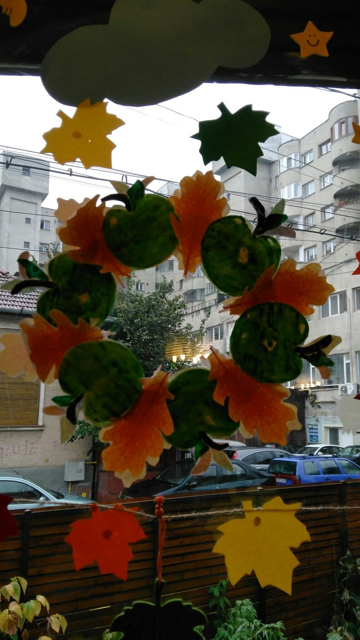 Coroniță cu fructe și frunze de toamnă