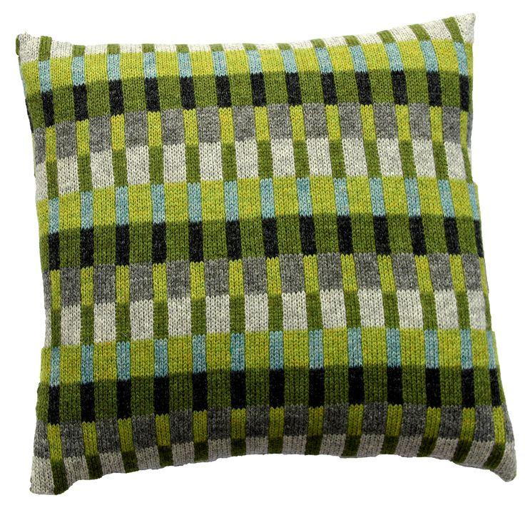 Strikkeopskrift Tante Tinne. Grønne farver kombineret med grå og turkis. Produktinformation:Strikket mål 37 x 37 cm Monteret mål 40 x 40 cm Strikket i Superso