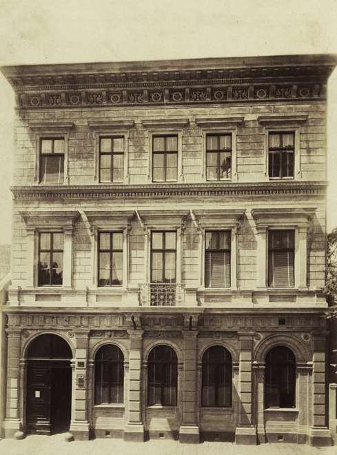 Király utca 110. Bérház. A felvétel 1880-1890 között készült. A kép forrását kérjük így adja meg: Fortepan / Budapest Főváros Levéltára. Levéltári jelzet: HU.BFL.XV.19.d.1.05.120