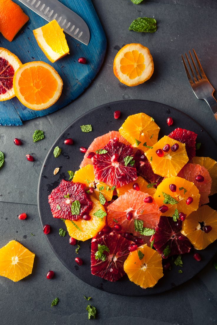 Une belle salade d'oranges qui joue sur la couleur, miam ! Tous nos conseils opur composer les meilleures salades de fruits sur aufeminin.