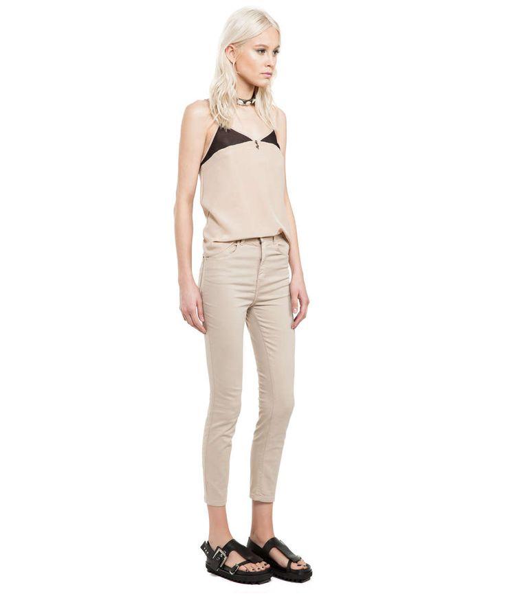 Calça jeans color, sua modelagem cigarrete é justa com comprimento na altura do tornozelo e cintura hiper alta. Feita em tecido jogging (une o conforto do moletom e a sofisticação do jeans premium) co