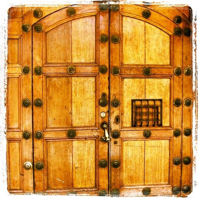 Las puertas se caracterizan por sus adornos de hierro y chapas muy grandes.