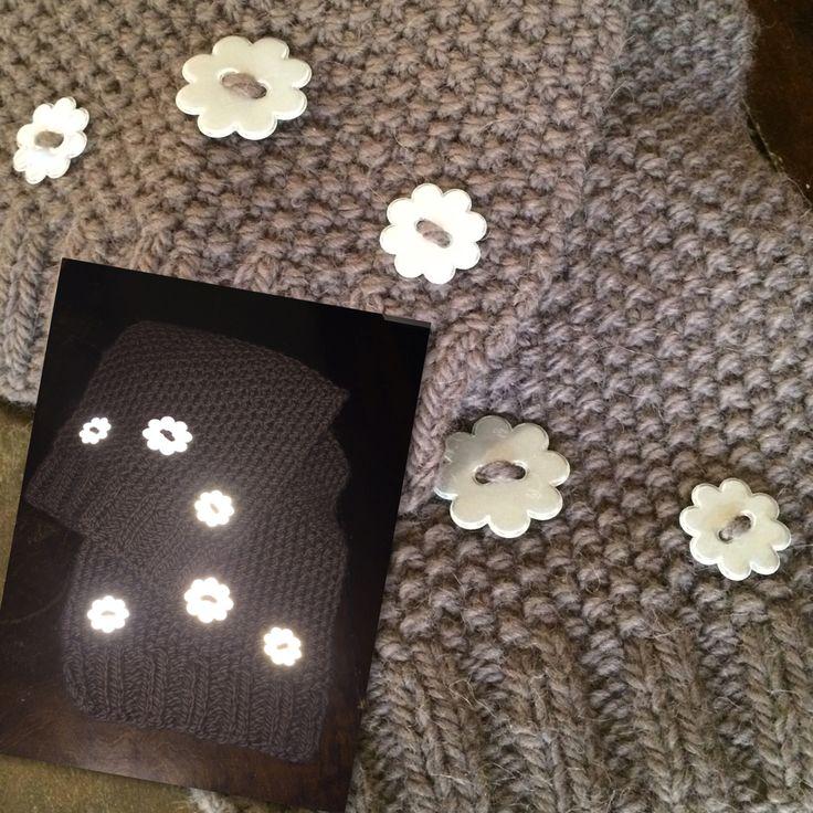 Skjerf med søte refleksknapper. Handmade scarf with reflective buttons #strikking #knitting #virka