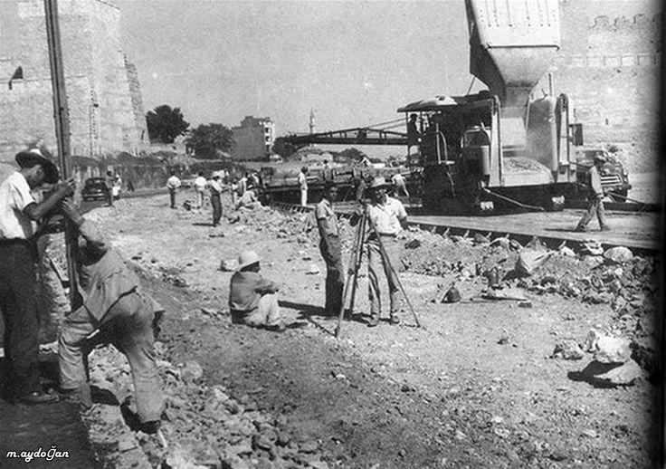 Topkapı surları yıkılarak yol açılıyor.1955