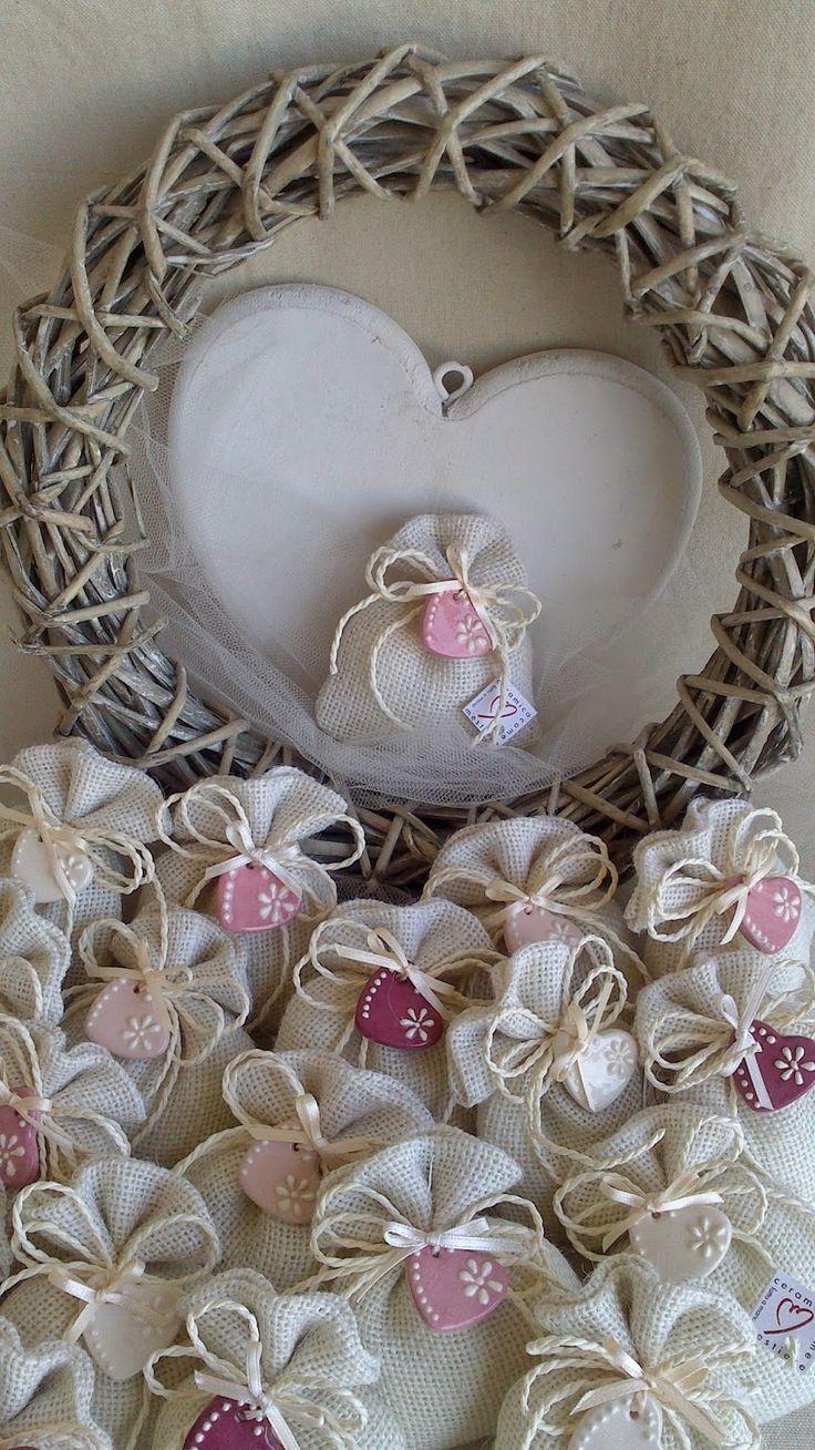 ceramica come mestiere: Sacchetti in iuta con piccoli ciondoli a forma di ...